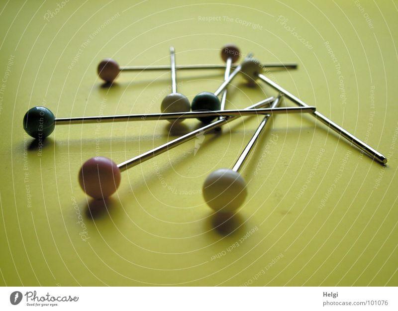 Nadeln... Stecknadel Nadelkopf rund lang matt aufeinander untereinander nebeneinander Zusammensein gelb rot weiß grün glänzend Makroaufnahme Nahaufnahme