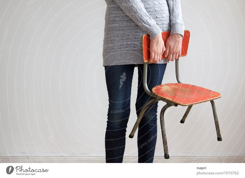 am Stuhl festhalten Bildung Kindergarten Schule Schulkind Grundschule Gemeinschaftsschule Schulwechsel Gymnasium feminin Mädchen Junge Frau Jugendliche 1 Mensch