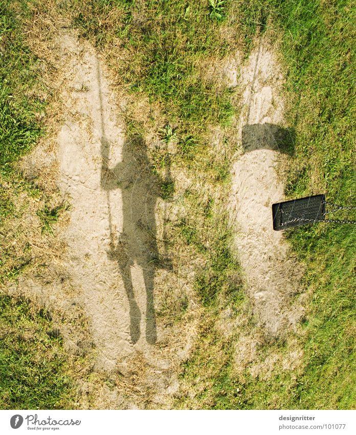 Hin und weg Kind Einsamkeit Wiese Spielen Gras Wege & Pfade Sand Zusammensein warten Erde paarweise Rasen verloren Schaukel Spielplatz