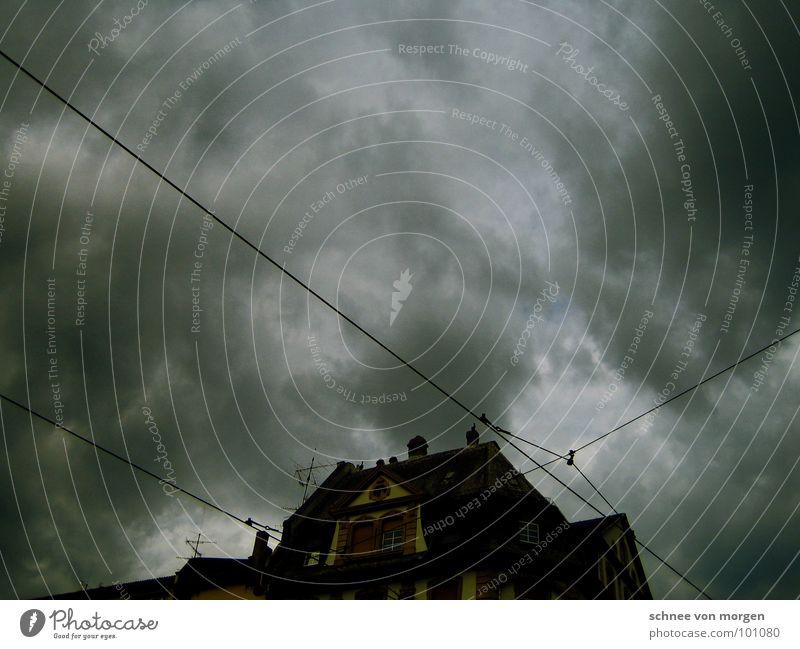 wenig erhellend. Himmel Haus Wolken kalt Herbst Regen Straßenbahn schlechtes Wetter