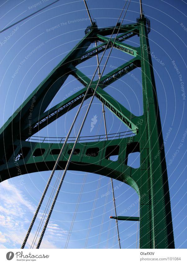 Landflucht Himmel grün blau Farbe Metall Seil Brücke Stahl Stahlkabel aufwärts Konstruktion vertikal Blauer Himmel Anschnitt Bildausschnitt Pylon