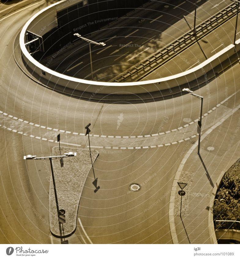gerade vs. ungerade parallel Biegung gekrümmt rund Stadt Tunnel tauchen Gegenteil Laterne Monochrom braun grau Gully Fahrradweg Vogelperspektive Außenaufnahme