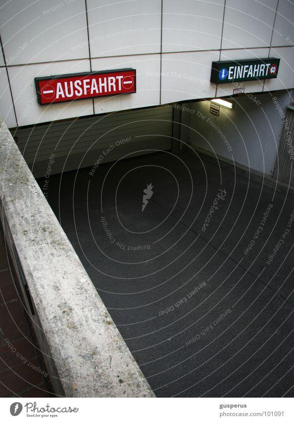 {in out} weiß schwarz Architektur Kommunizieren rein Eingang positiv Garage Ausgang Ausfahrt Einfahrt negativ