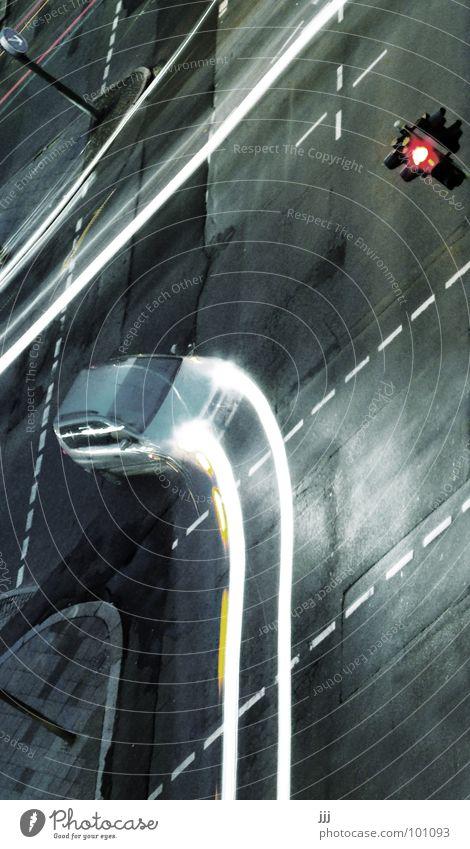 Lichtabbieger PKW glänzend Verkehr Zukunft Asphalt Spuren Vergänglichkeit Ampel Mischung Fußgänger Scheinwerfer rückwärts Schicksal Teer unsichtbar Leuchtspur