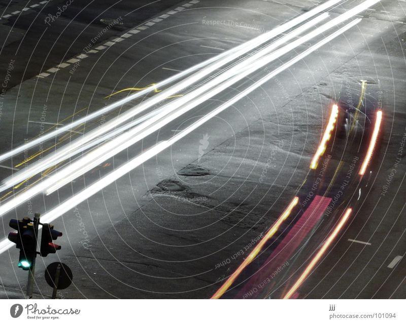 Gegenverkehr Verkehr Ampel grün vergangen Licht Leuchtspur Rücklicht Vergänglichkeit PKW Linksabbieger warten Bremse Spuren Scheinwerfer Mischung