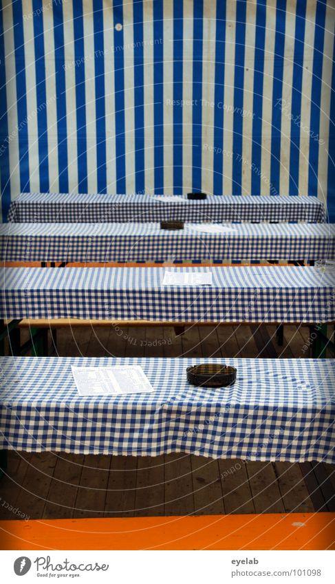 Platzreservierung empfohlen aber unnötig Tisch Zelt Bierzelt Bayern Oktoberfest Dorffest Speisekarte Streifen Abdeckung Klapptisch Möbel Aschenbecher leer
