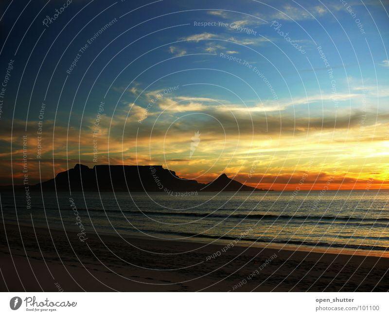 Into Darkness Sonnenuntergang Strand Wahrzeichen Denkmal Küste Himmel table mountain Kapstadt sea ocean evening