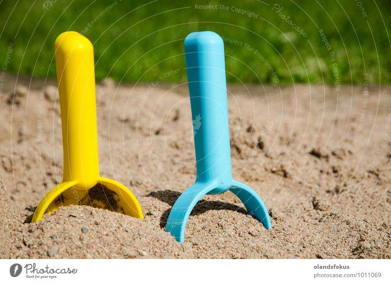 Konzept der Sandkastenebene Freude Freizeit & Hobby Spielen Sommer Werkzeug Gras Spielzeug Kunststoff blau gelb grün Farbe Hintergrund Kasten farbenfroh Entwurf