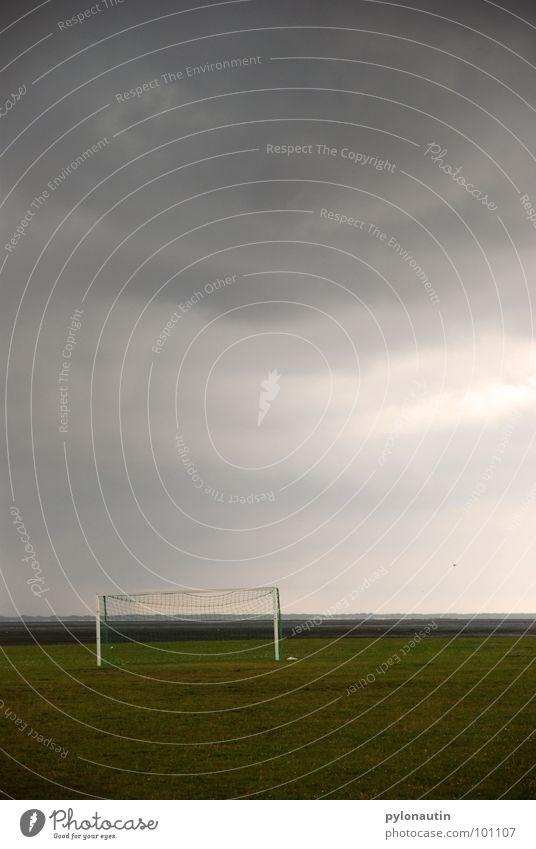 T(h)or vor dem Sturm Himmel weiß grün Wolken Sport Wiese Spielen grau Regen Fußball Rasen Tor Gewitter