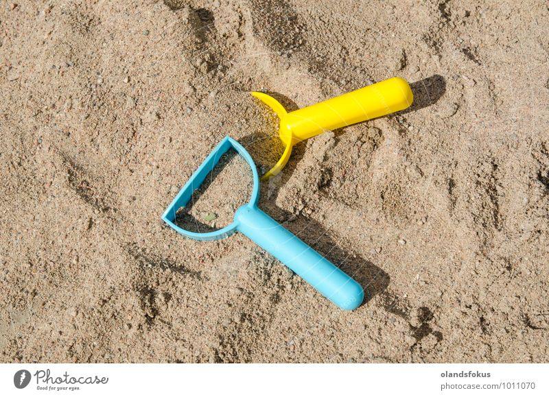 Sandkasten mit Plastikspielzeug Freude Freizeit & Hobby Spielen Sommer Werkzeug Spielzeug Kunststoff blau gelb Farbe Hintergrund Kasten farbenfroh Entwurf