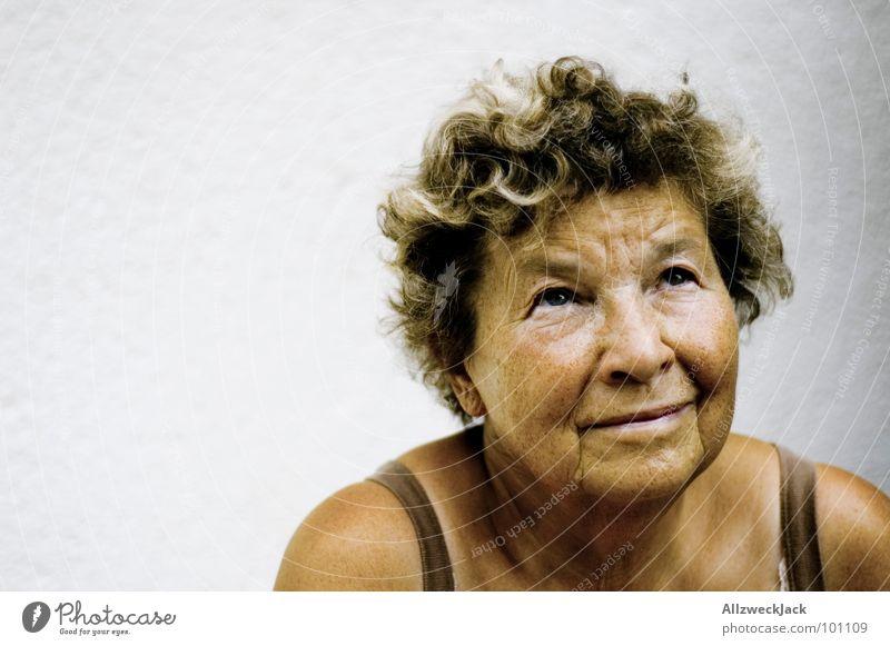 vintage model ruhig Gelassenheit Frauengesicht Porträt Vor hellem Hintergrund Freisteller Frauenoberkörper Blick nach oben Textfreiraum links Außenaufnahme