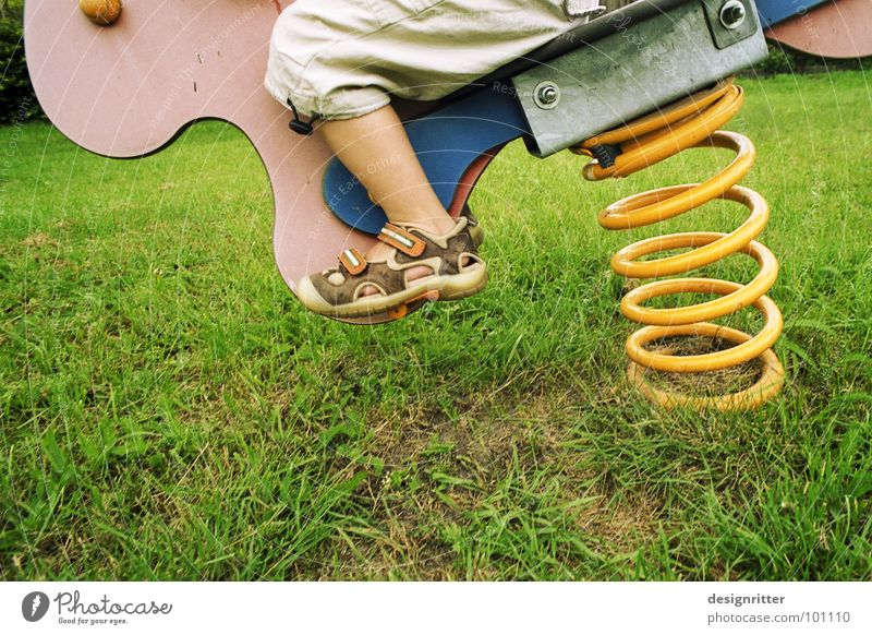 Cowboy Kind gelb Junge Wiese Spielen Gras Vogel Aktion Rasen Feder Wildtier Dynamik Schaukel Spirale Spielplatz Wippe