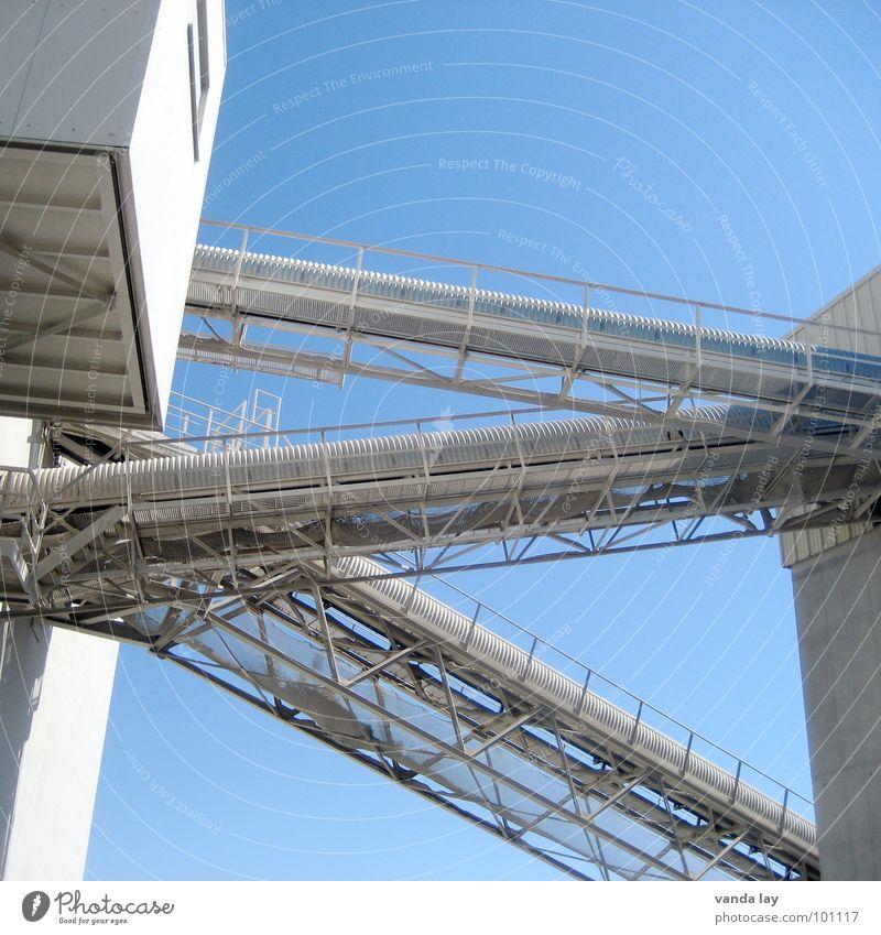 Kieswerk Himmel blau Arbeit & Erwerbstätigkeit Stein Gebäude Industrie Treppe Turm Stahl Lagerhalle Schornstein Kunstwerk Mittag staubig Förderband