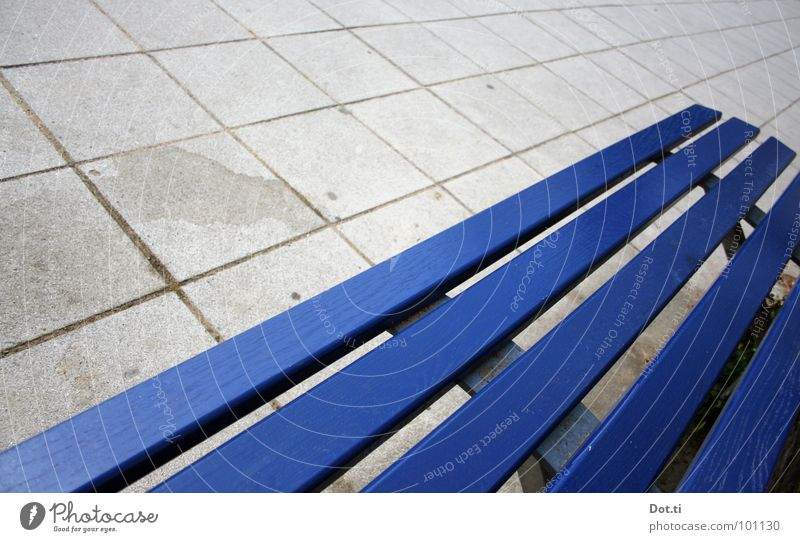 Fluchtpunkt blau Farbe Einsamkeit Holz grau Linie trist leer Beton Platz Bodenbelag Bank Sitzgelegenheit Quadrat diagonal Langeweile