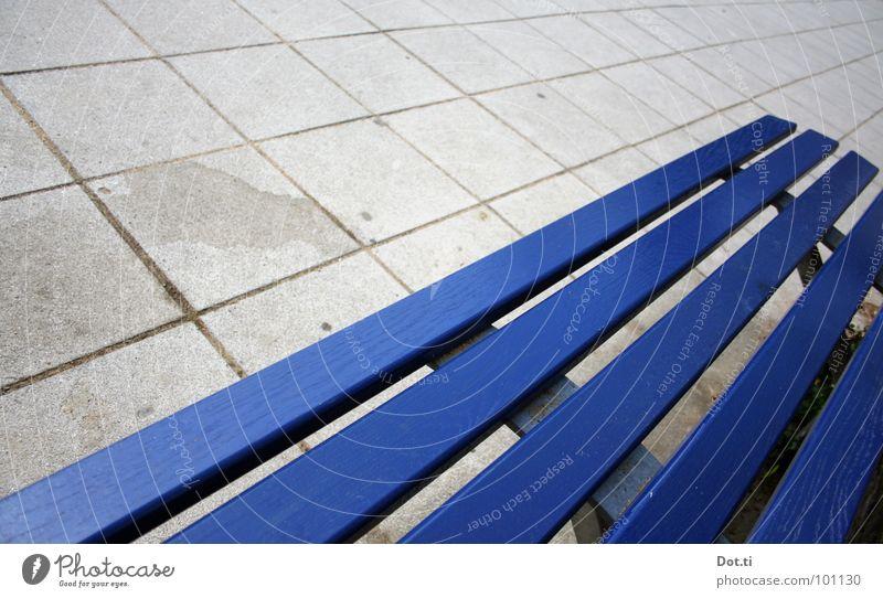 Fluchtpunkt Menschenleer Platz Beton Holz Linie trist blau grau Langeweile Einsamkeit Farbe Sitzgelegenheit Furche Quadrat kariert diagonal Lieblingsplatz Bank