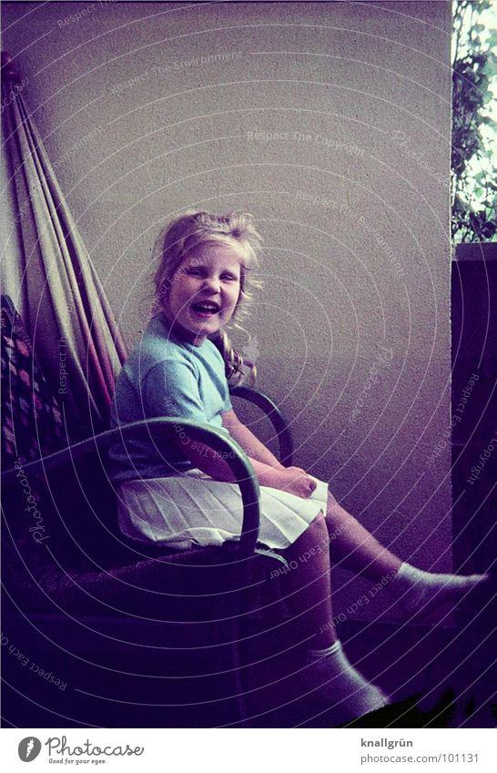 Vor vierzig Jahren Kind Mädchen Sommer Balkon Nostalgie Erinnerung Faltenrock