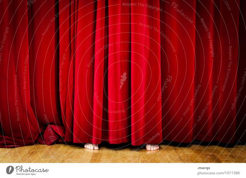 Lampenfieber Mensch schön rot Kultur Show Veranstaltung verstecken Überraschung Theaterschauspiel skurril Bühne Barfuß Vorhang Kino Hemmung