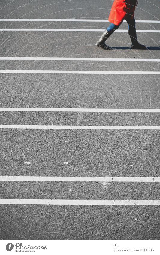 roter mantel Mensch feminin Frau Erwachsene Leben 1 Verkehr Verkehrswege Fußgänger Wege & Pfade Mantel Stiefel Linie Linientreue gehen grau Beginn Bewegung Ziel