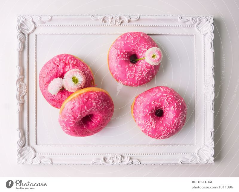 Pink Donut und Gänseblümchen auf weißem Tablett Blume Frühling Essen Foodfotografie Stil Garten Feste & Feiern Lebensmittel rosa Wohnung Design