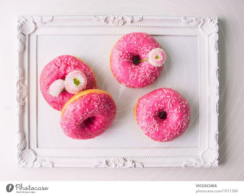 Pink Donut und Gänseblümchen auf weißem Tablett weiß Blume Frühling Essen Foodfotografie Stil Garten Feste & Feiern Lebensmittel rosa Wohnung Design Dekoration & Verzierung Ernährung genießen Romantik