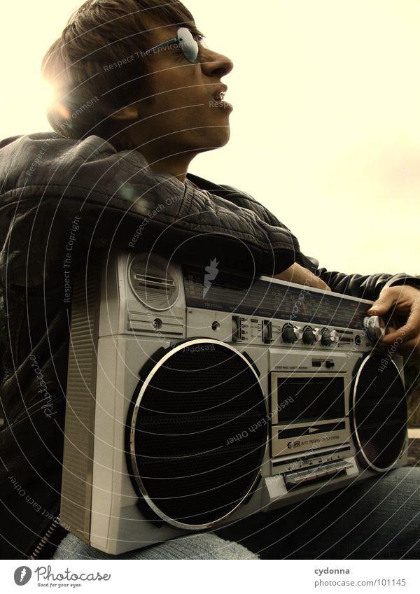 RADIO-AKTIV V Mann Kerl Stil Musik Sonnenbrille Industriegelände Lederjacke Beton Ghettoblaster Knöpfe Regler Lautstärke Konzert Mensch Typ boy Coolness porn