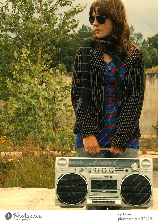 RADIO-AKTIV VI Frau Stil Musik Sonnenbrille Industriegelände Jacke Beton stehen Ghettoblaster verfallen Mensch Coolness porn Radio Landschaft session Einsamkeit