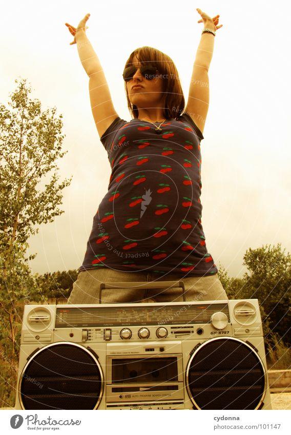 RADIO-AKTIV VII Frau Stil Musik Sonnenbrille Industriegelände Jacke Beton stehen Hand Ghettoblaster Party verfallen Mensch Coolness Radio Landschaft session