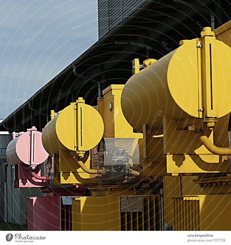 gelb-gelb-rosa Industrie Kabel Metall Elektrizität elektronisch Farbfoto Außenaufnahme