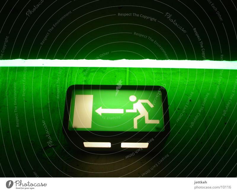 nix wie raus grün Wand Freiheit Mauer Lampe Beleuchtung Tür Schilder & Markierungen rennen Sicherheit bedrohlich Stress Flucht Neonlicht Ausgang Piktogramm