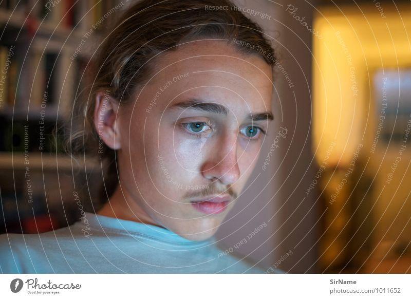 315 Mensch Kind Jugendliche Junger Mann dunkel Innenarchitektur Raum 13-18 Jahre beobachten Kommunizieren Zukunft lernen Wandel & Veränderung Instant-Messaging