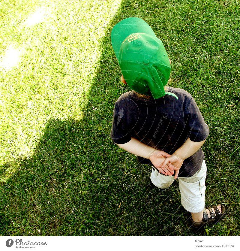 Kleiner Philosoph Licht Schatten Blick Zufriedenheit Sommer Sonne Junge Rücken Wiese Denken grün Konzentration Baseballmütze Sandale Kappe Rasen gefaltete Hände