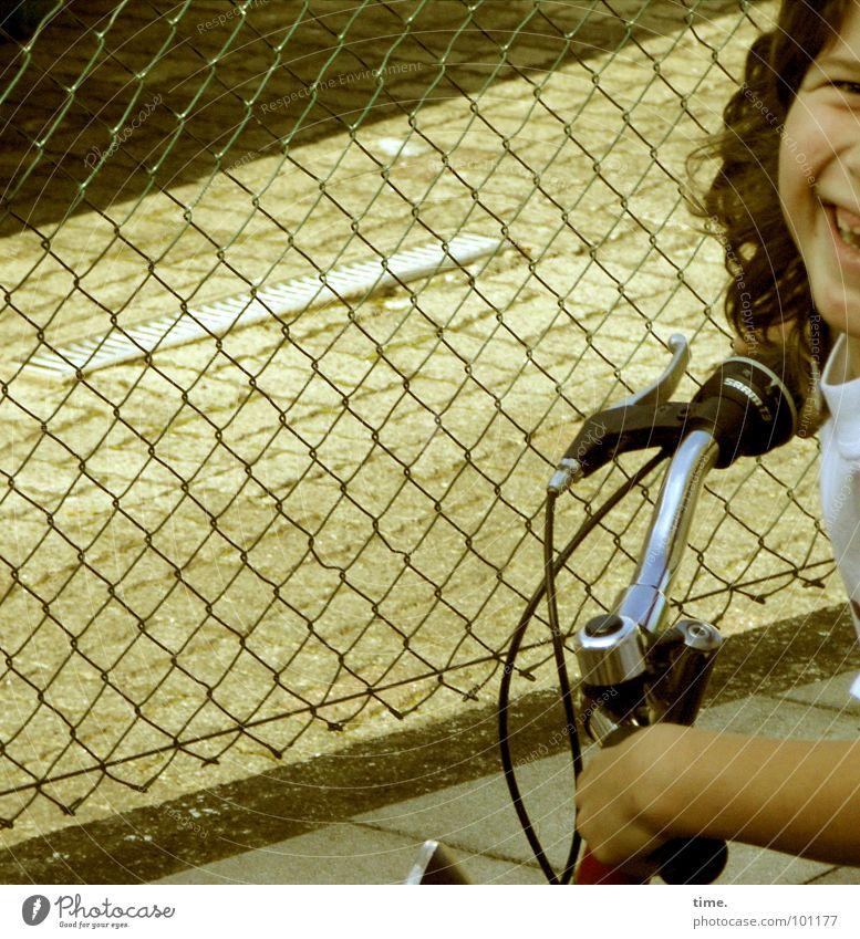 Tour d'Hinterhof (clean, 100%) Kind Hand Mädchen Freude lachen Fahrrad Metall fahren Freizeit & Hobby Verkehrswege Zaun parken Locken Grenze Chrom Fahrradlenker