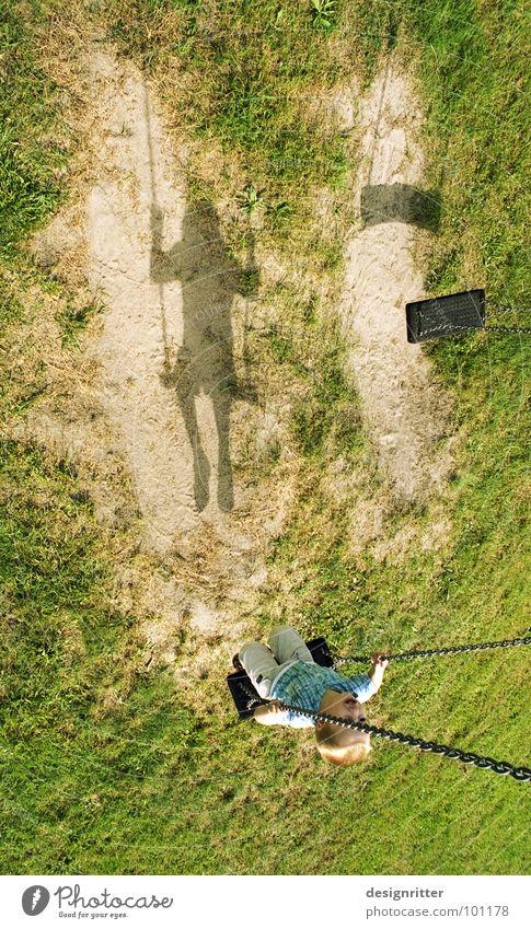 Hin und ... her Kind Einsamkeit Junge Wiese Spielen Gras Wege & Pfade Sand Zusammensein warten Erde paarweise Rasen verloren Schaukel Spielplatz