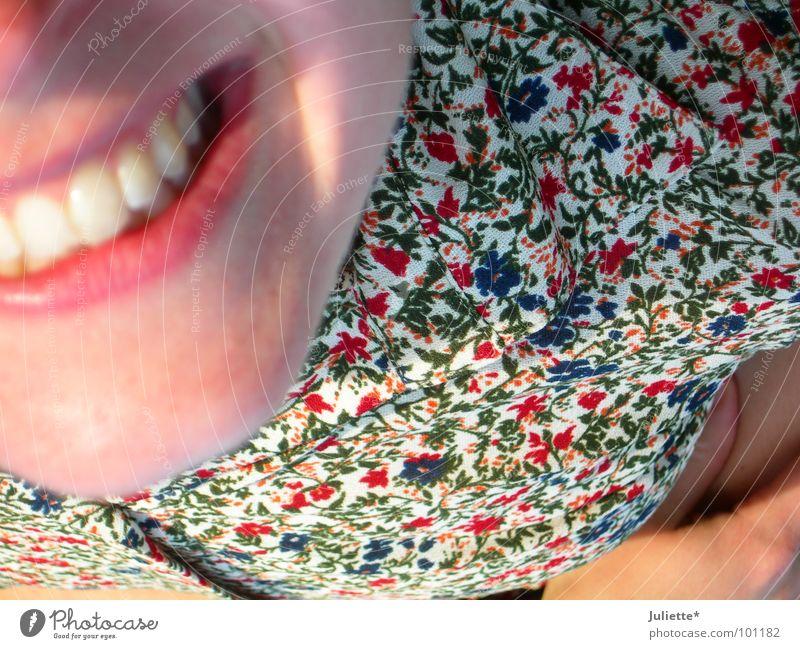Grins =) Blume Wiese Frau Freude Jugendliche liegen lachen lustig Zähne