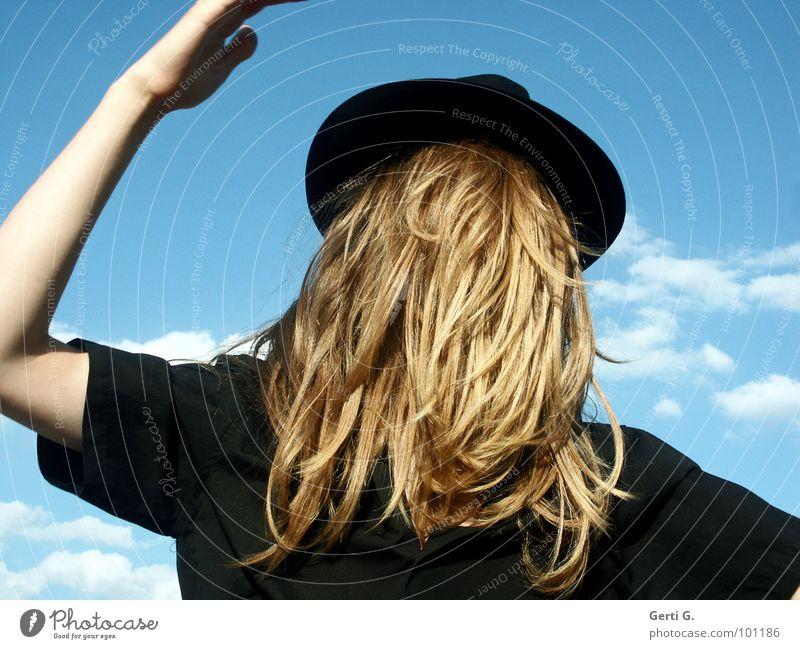 without a view Surrealismus falsch verkehrt Mann langhaarig blond Kopfbedeckung Tarnung verdeckt unsichtbar wirklich mystisch absurd fantastisch Hemd schwarz