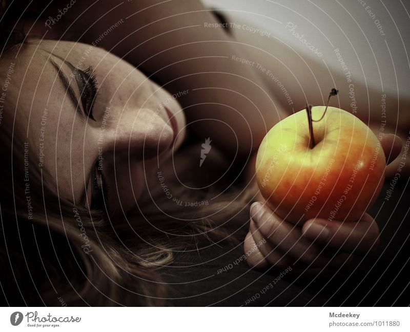 Biss in alle Ewigkeit Frucht Apfel Mensch feminin Junge Frau Jugendliche Körper Kopf Haare & Frisuren Gesicht Nase Mund Finger 1 18-30 Jahre Erwachsene berühren