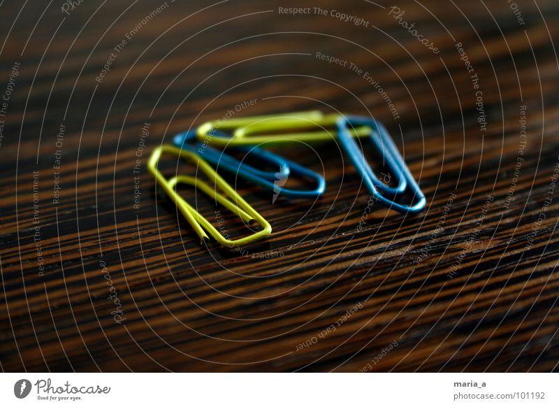 Büroklammern blau gelb Holz Linie Metall Ordnung Tisch Zusammenhalt sortieren Biegung Klammer Maserung Schreibwaren