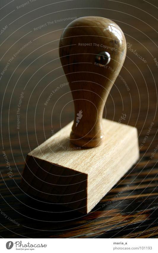 Stempel drucken Holz Tisch Gummi Poststempel drücken stempeln Druck adresse Maserung Farbe abstempeln abhaken fertig stempelkissen