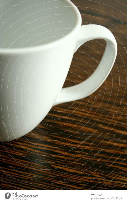 Elegante Tasse weiß braun Holz Tisch Oberfläche leer genießen Pause Erholung Stil Becher aufhängen Durchblick lecker Haushalt Maserung Kaffee Tee Kontrast Kakao