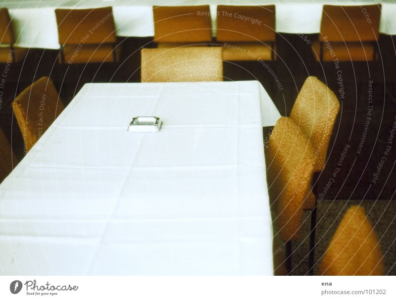 morgen ist sieger-ehrung Dresden Bestuhlung Gastronomie Aschenbecher Rauchen Stuhl weiß Sitzung Saal leer Vorfreude fertig hergerichtet bereit veraltet