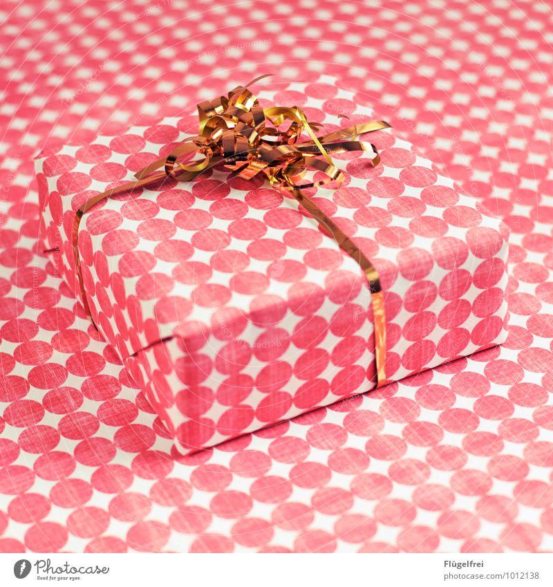Geschenke verstecken 2 Weihnachten & Advent Kitsch Geschenkpapier gold rosa verpackt Geburtstag Vorfreude getarnt Punkt Muster Verpackung Illusion Geschenkband