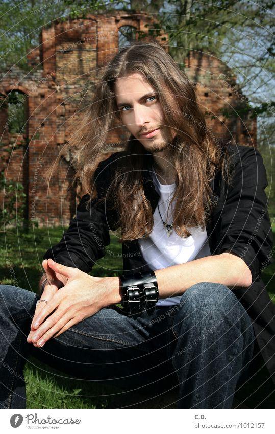 Erik I Mensch Jugendliche blau grün Junger Mann 18-30 Jahre schwarz Erwachsene natürlich braun sitzen beobachten Coolness Freundlichkeit Gelassenheit Jeanshose