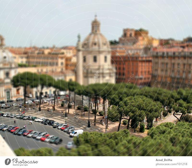 Mini-Rom Mensch grün braun klein Denkmal Italien Ruine Wahrzeichen Surrealismus Tourist Miniatur Muster Tilt-Shift