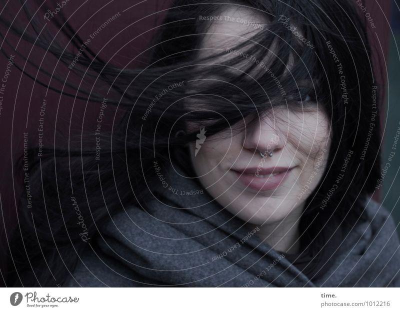 . Mensch Jugendliche schön Junge Frau dunkel Wand Leben Bewegung feminin Mauer Glück Wind warten ästhetisch Lächeln beobachten