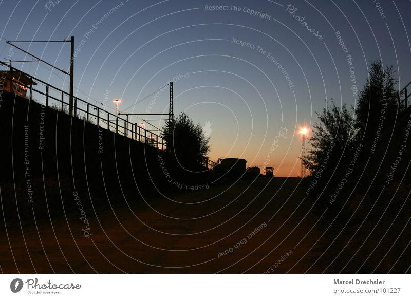 5.00 Uhr am Banhof, alles schläft noch Nacht Morgen Sonnenaufgang dunkel Laterne Licht aufstehen Zeit Langzeitbelichtung gruselig Stimmung ruhig Bahnhof