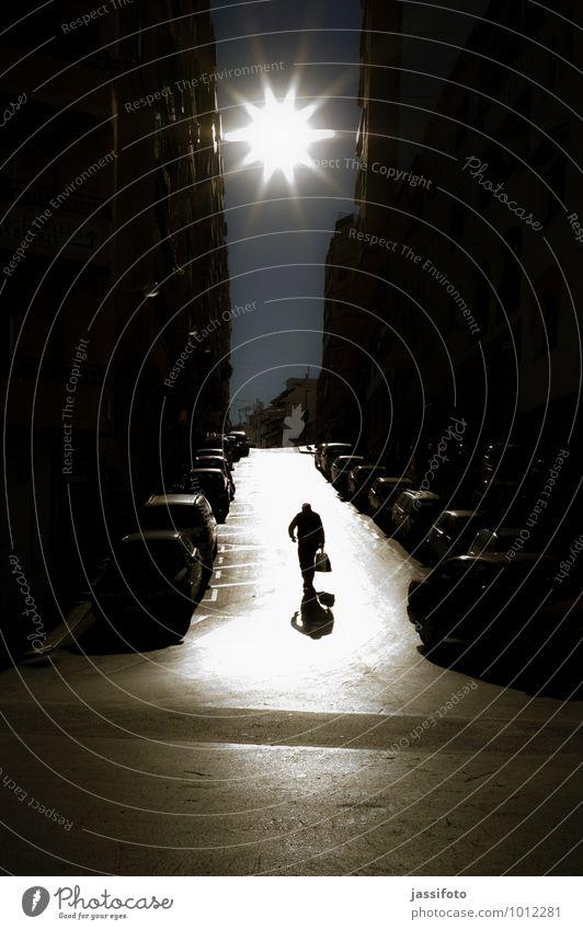 Grelligkeit Mensch maskulin Mann Erwachsene 1 Kleinstadt Stadtzentrum Haus Hochhaus Bauwerk Gebäude Fußgänger Straße Fahrzeug PKW hell Stimmung Einsamkeit Calpe