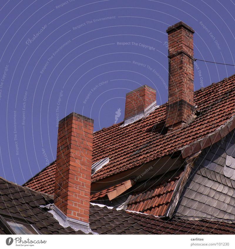 Altstadtcharme Dach Backstein Dachziegel rot Fassadenverkleidung Architektur Vergänglichkeit Häusliches Leben Schornstein Schieferverkleidung Neigung