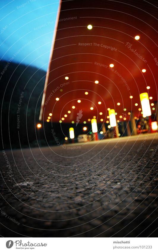 Nicht genannte Tankstelle Nacht Beleuchtung Beton Teer tanken Benzin Diesel Italien Architektur Himmel Licht Straße Bodenbelag Stein