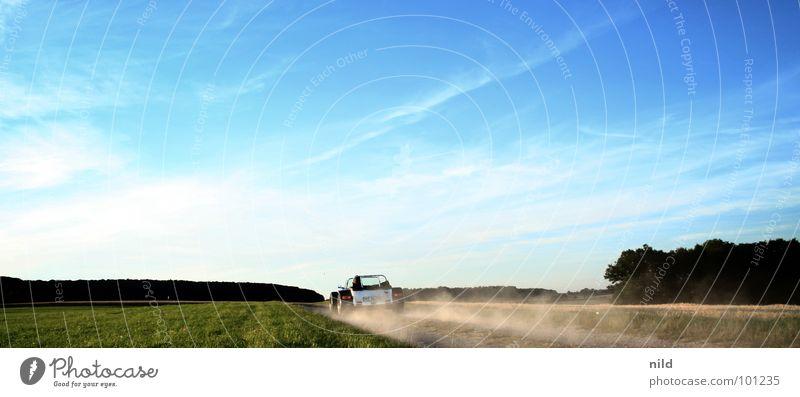RoadsterOffroad Sommer Vollgas Drehzahlmesser Tachometer fahren aufwirbeln Staub Bayern flüchten Flucht Beschleunigung durchdrehen Sportwagen