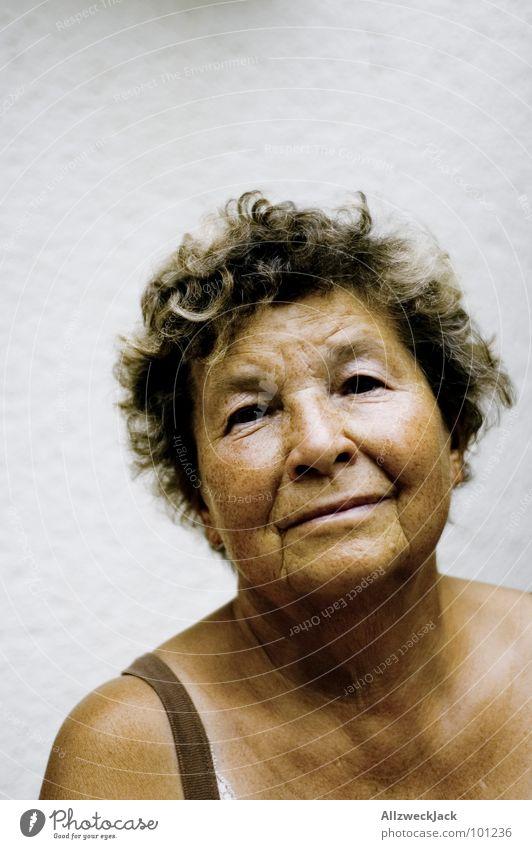 vintage model 2 Weiblicher Senior 50 plus 60 und älter Porträt Frauengesicht Vor hellem Hintergrund Freisteller Außenaufnahme Blick in die Kamera